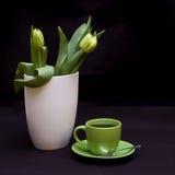 Tulipani e caffè verdi immagini stock libere da diritti