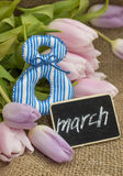Tulipani, 8 e piatto con l'iscrizione Fotografia Stock Libera da Diritti