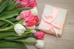 Tulipani e regalo Immagini Stock