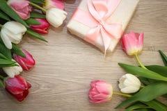 Tulipani e regalo Fotografie Stock