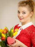 Tulipani e regalo della tenuta della donna Immagine Stock