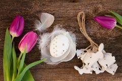 Tulipani ed uovo di Pasqua freschi Fotografia Stock
