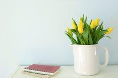 Tulipani gialli con stanza per testo Fotografia Stock