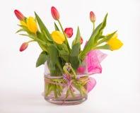 Tulipani luminosi in vaso sui precedenti bianchi Immagini Stock Libere da Diritti