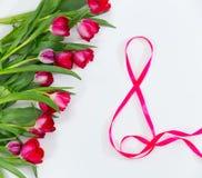 Tulipani, nastro nella forma del fondo di bianco di numero 8 Immagini Stock Libere da Diritti