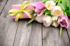 Tulipani rosa freschi con un contenitore di regalo Fotografie Stock Libere da Diritti