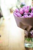 Tulipani rosa nel fuoco selettivo del vaso immagini stock libere da diritti