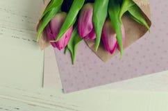 Tulipani rosa su fondo elegante misero bianco Fotografia Stock