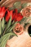 Tulipani rossi nei waterdrops con i bicchieri di vino Fotografia Stock