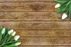 Tulipani su fondo di legno con spazio per il messaggio Fondo di giorno del ` s della madre Fiori sulla tavola rustica per l'8 mar Immagini Stock Libere da Diritti