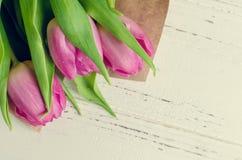 Tulipani su fondo elegante misero bianco Immagine Stock