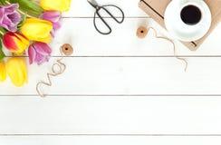 Tulipani su legno bianco nello stile naturale Fotografia Stock