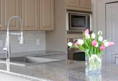Tulipani in una cucina grigia moderna Immagine Stock Libera da Diritti