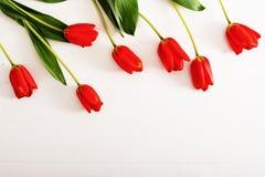 Tulipani variopinti sulla tavola di legno Immagine Stock