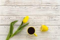 Tulipano e tazza gialli di tè Fotografia Stock Libera da Diritti
