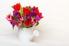 Tulipanowy bukiet na drewnianym tle, obraz royalty free