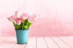 Tulipanowy bukiet w metalu wiadrze w turkusie zdjęcia stock