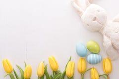 Tulipany, Easter jajka i królik, Zdjęcia Stock