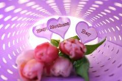 Tulipany i papierów serca z pisać słowami SZCZĘŚLIWI matki dzień zawijający w koloru papierze zdjęcie stock