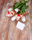 Tulipany i pusta karta na drewnianej desce Zdjęcie Stock