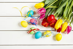 Tulipany i Wielkanocny jajko biały stół Zdjęcie Stock