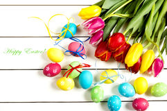 Tulipany i Wielkanocny jajko biały stół Fotografia Royalty Free