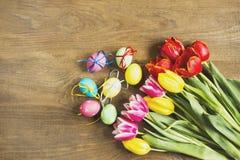 Tulipany i Wielkanocny jajko drewniany stół Zdjęcia Stock