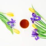 Tulipany, irysy kwitną i herbaciany kubek odizolowywający na białym tle szczegółowy rysunek kwiecisty pochodzenie wektora Mieszka Obrazy Royalty Free