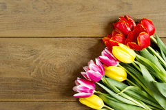 Tulipany na drewnianym stole Obrazy Stock