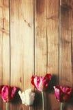 Tulipany na drewnianym wierzchołku Zdjęcie Royalty Free