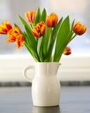 Tulipany w dzbanku na stole Obraz Royalty Free