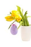 Tulipas amarelas no vaso branco com ovo da páscoa Fotografia de Stock Royalty Free