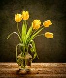 Flores amarelas no fundo rústico Imagens de Stock Royalty Free