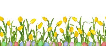 Tulipas amarelas v?vidas bonitas em hastes longas com folhas verdes e os ovos da p?scoa coloridos no teste padr?o sem emenda imagem de stock royalty free