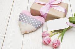 Tulipas bonitas com caixa de presente dia de mães feliz, ainda vida romântica, flores frescas Imagens de Stock