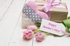 Tulipas bonitas com caixa de presente dia de mães feliz, ainda vida romântica, flores frescas Fotografia de Stock Royalty Free