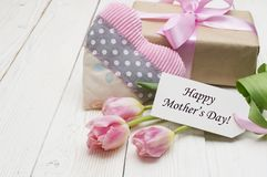 Tulipas bonitas com caixa de presente dia de mães feliz, ainda vida romântica, flores frescas Fotos de Stock Royalty Free