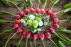 Tulipas bonitas na cor pastel cor-de-rosa no fundo de madeira, superior fotos de stock