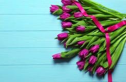 Tulipas bonitas roxas com fita Foto de Stock Royalty Free