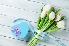 Tulipas brancas e caixa de presente dada forma coração Fotos de Stock Royalty Free