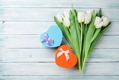 Tulipas brancas e caixas de presente dadas forma coração Imagem de Stock Royalty Free