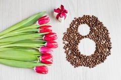 Tulipas, café da caixa de presente e milho vermelhos Foto de Stock