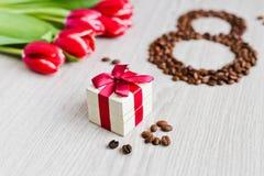 Tulipas, café da caixa de presente e milho vermelhos Fotos de Stock