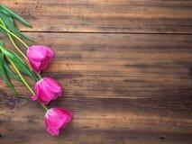 Tulipas cor-de-rosa, arranjo floral no fundo de madeira das placas idosas e um espaço para mensagens Fundo para o ` s da mãe Fotografia de Stock Royalty Free