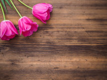 Tulipas cor-de-rosa, arranjo floral no fundo de madeira das placas idosas e um espaço para mensagens Fundo para o ` s da mãe Imagens de Stock Royalty Free