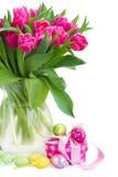 Tulipas cor-de-rosa com caixa de presente e ovos da páscoa imagem de stock