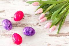 Tulipas cor-de-rosa com ovos da páscoa Fotos de Stock