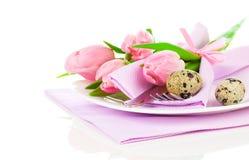 Tulipas cor-de-rosa com ovos de codorniz em uma placa, Fotografia de Stock