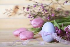 Tulipas cor-de-rosa do ovo da páscoa foto de stock