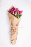 Tulipas cor-de-rosa em um pacote do ofício no fundo branco Tulip cor-de-rosa Tulipas Flores Fundo da flor Floresce a foto foto de stock